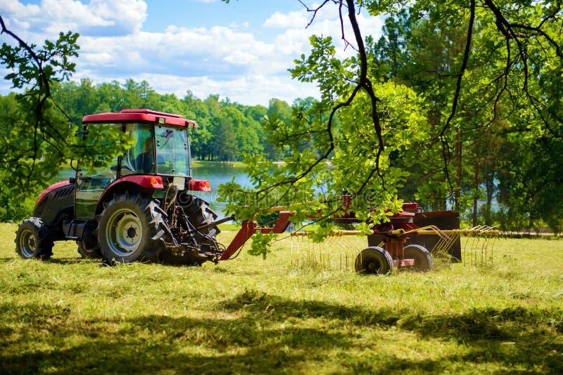 Traktoren mejar gräsmattan royaltyfria foton