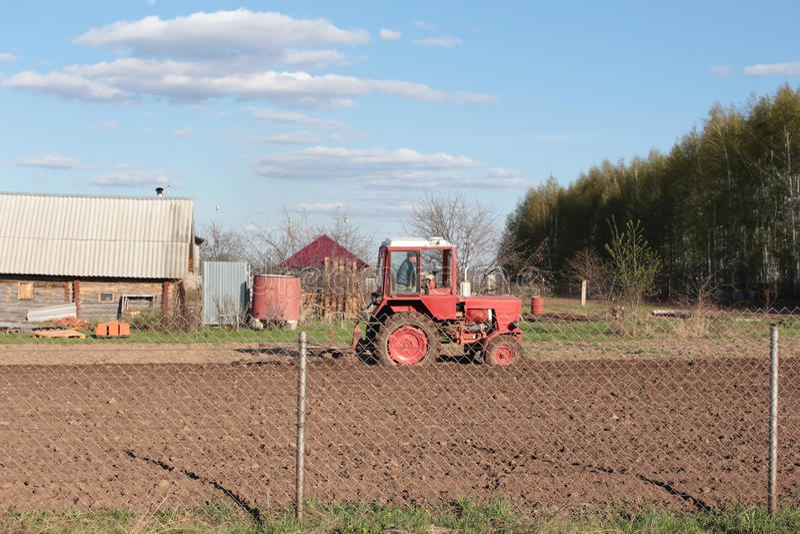 traktoren som plogar royaltyfri fotografi
