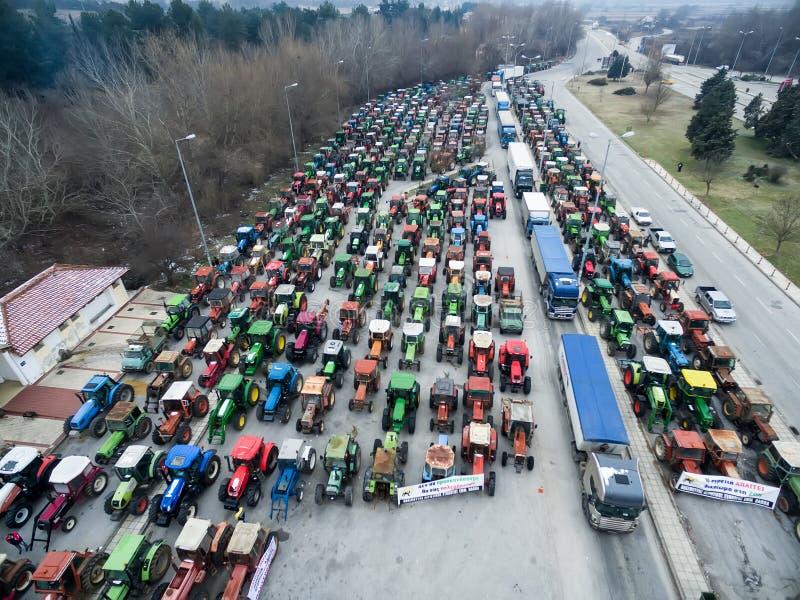 Traktorer för flyg- fotografier som har ställt upp bönderna på th arkivfoton