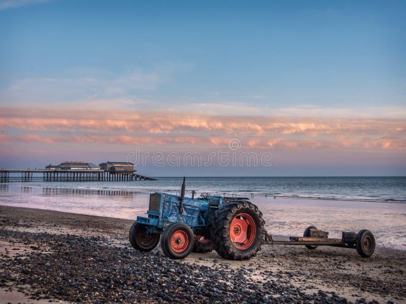 Traktorer på den Cromer stranden fotografering för bildbyråer