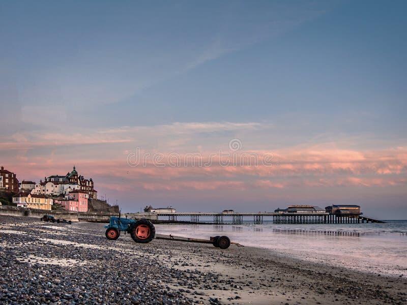 Traktorer på den Cromer stranden arkivbilder