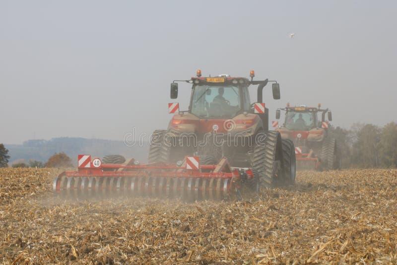 Traktorer som arbetar på havrefält i Tjeckien arkivfoton