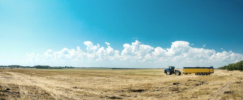 Traktorfunktion auf dem Bauernhof, ein moderner landwirtschaftlicher Transport, ein Landwirt, der auf dem Gebiet, fruchtbares Lan stockbilder