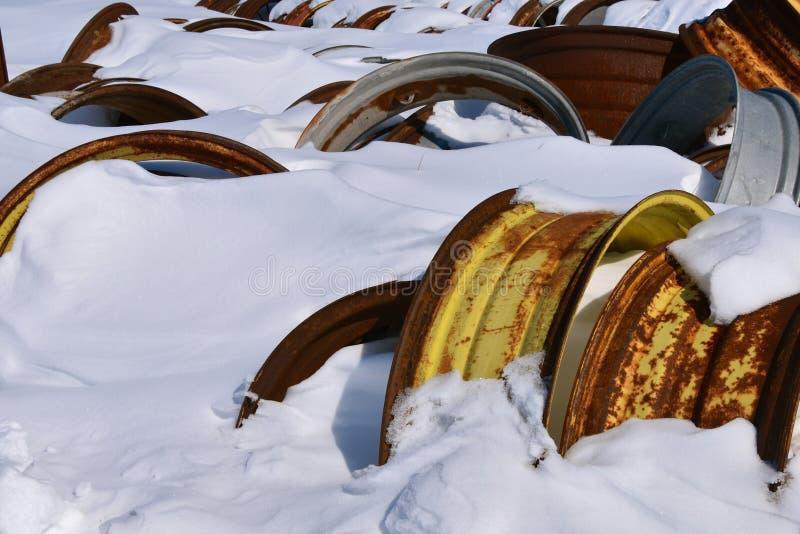 Traktorkanten begraben im Schnee stockbild