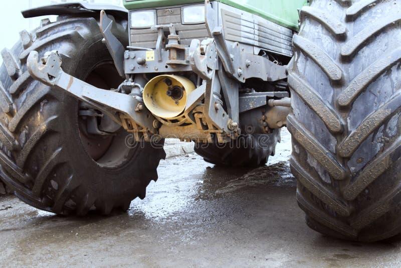 Traktornärbild Stora hjul för däckmönster Begreppet av konstruktion som gör ren vägarna royaltyfri bild