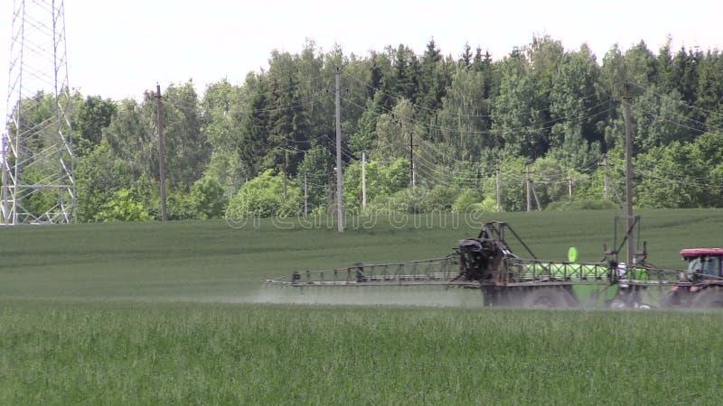 Traktorspraychemikalien für Ernteanlage schützen sich vor Unkrautplage stock video