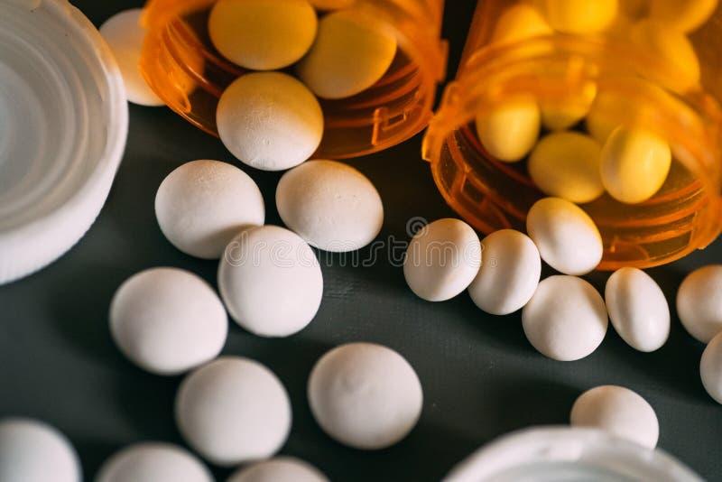 Traktowania lekarstwa pojęcie Withite pigułki, leki lub pomarańczowe pigułek butelki, selekcyjna ostrość fotografia stock