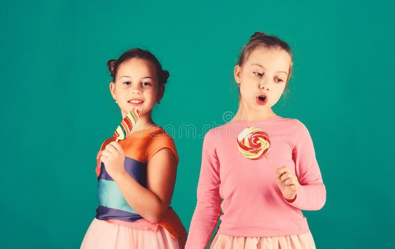 Traktowanie i cukierki pojęcie Dzieci jedzą dużych kolorowych słodkich karmel obraz royalty free