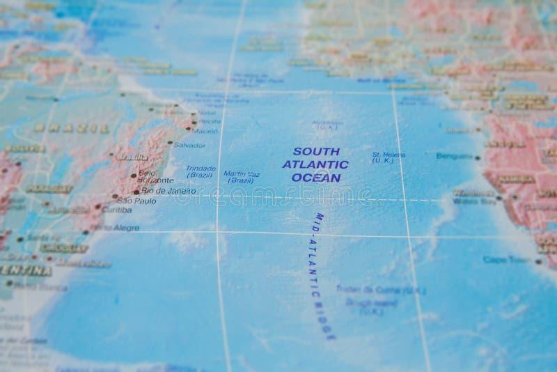 Tralia de Oceano Atl?ntico sul no fim acima no mapa Foco no nome do oceano Efeito do Vignetting fotografia de stock