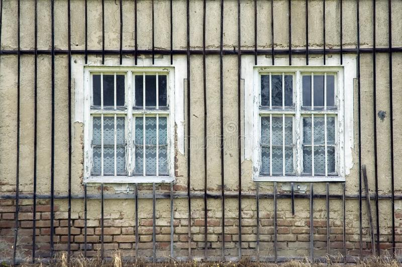 Traliccio di legno alla facciata di vecchia casa immagine stock