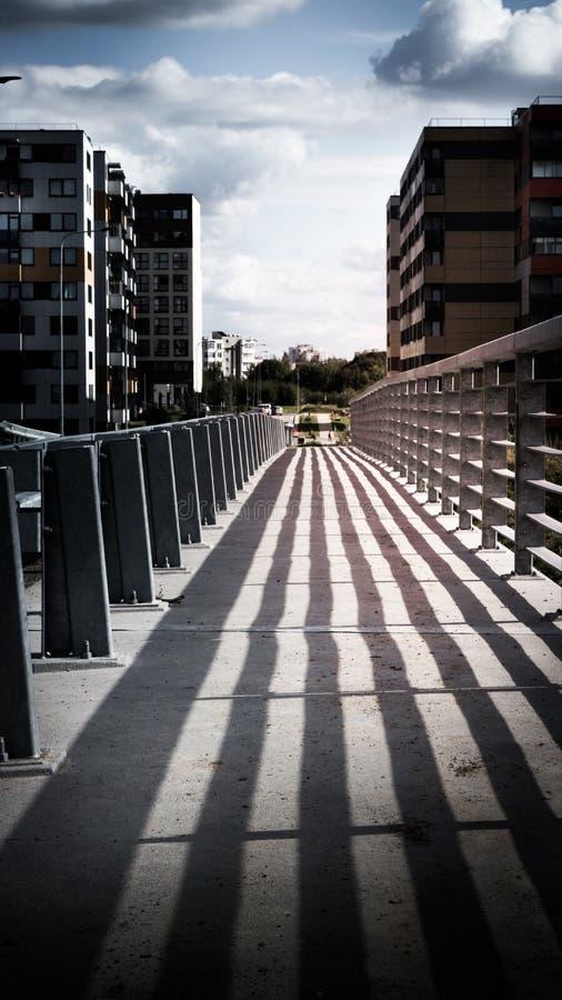 traliewerkschaduw op een brug stock foto