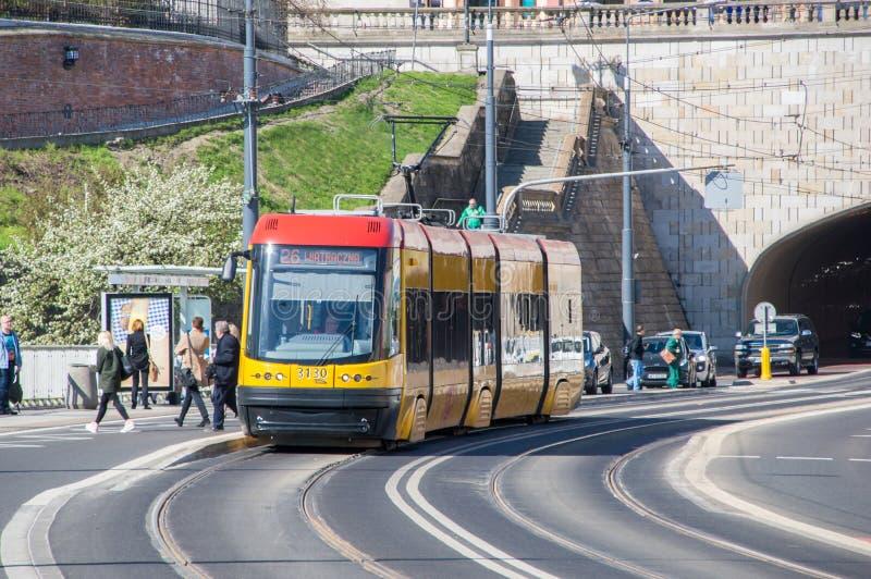 Tram à Varsovie à l'arrêt de tram de Miasto de regard fixe image stock