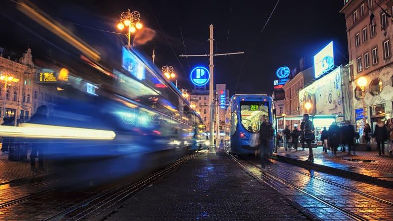 Tram alla notte a Zagabria fotografia stock libera da diritti