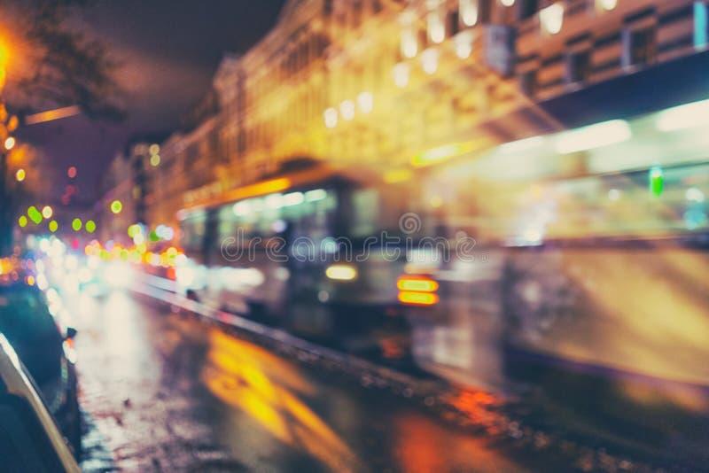 Tram auf den Straßen von Riga in den Lichtern lizenzfreie stockfotos