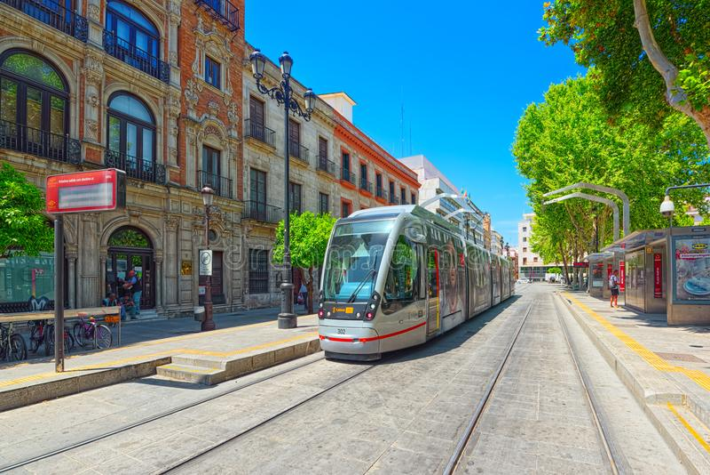 Tram auf der Straßen Stadtzentrum herein der Stadt Sevilla, Spanien lizenzfreies stockfoto