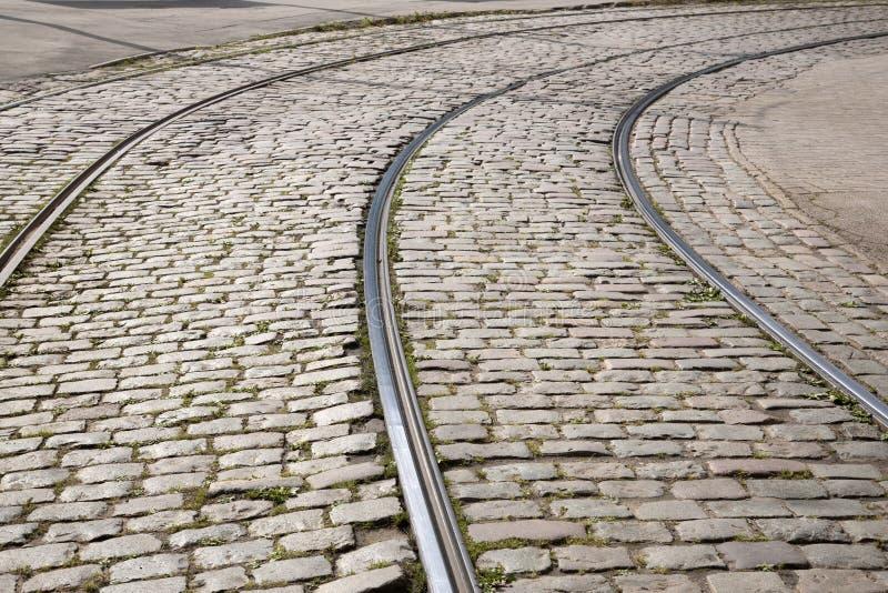 Tram-Bahn auf Cobbled Steinen, Riga stockbild