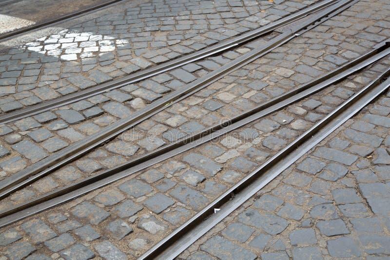 Tram-Bahn und Kopfsteine in Lissabon lizenzfreies stockfoto