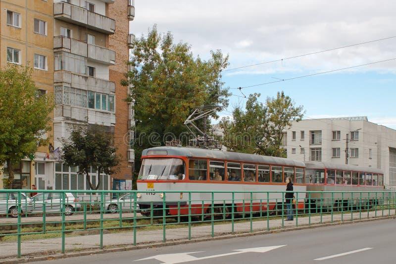 Tram bij post, Arad, Roemenië stock afbeeldingen