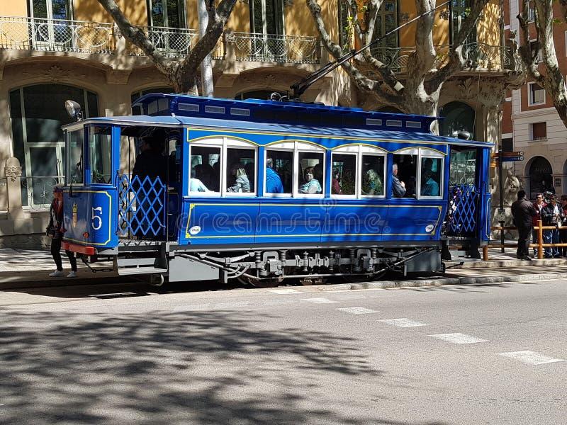 Tram blu a Barcellona immagini stock libere da diritti
