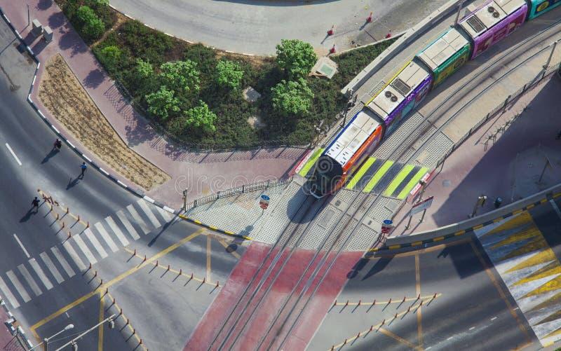 tram che guida sulla ferrovia Città della città del porticciolo del Dubai, vista aerea fotografie stock libere da diritti