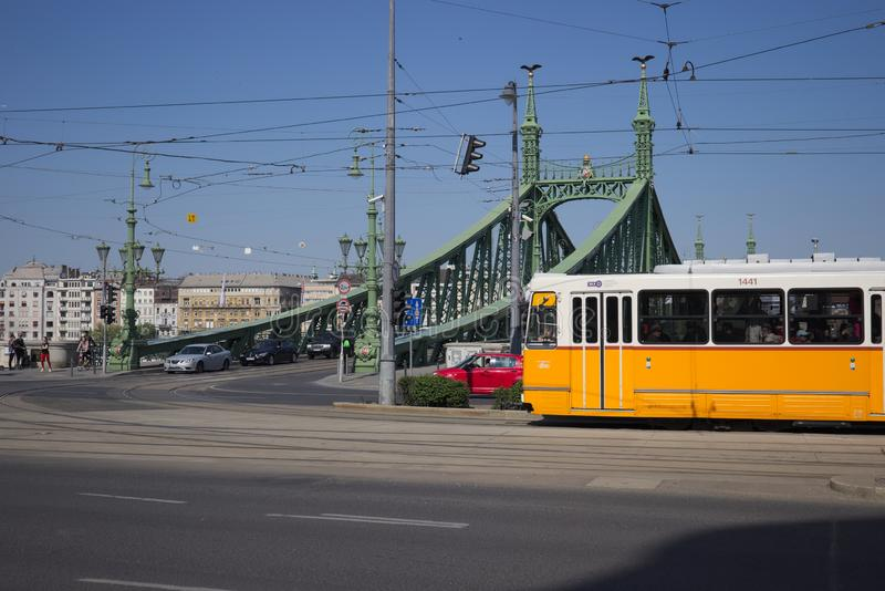 Tram chez Liberty Bridge ? Budapest, Hongrie photos stock