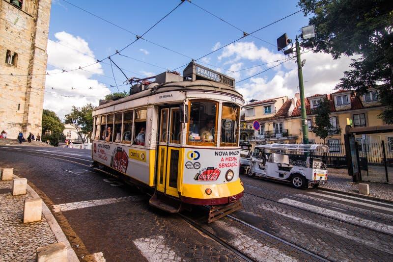 Tram d'annata nel centro urbano di Lisbona Lisbona, Portogallo in un giorno di estate immagini stock libere da diritti