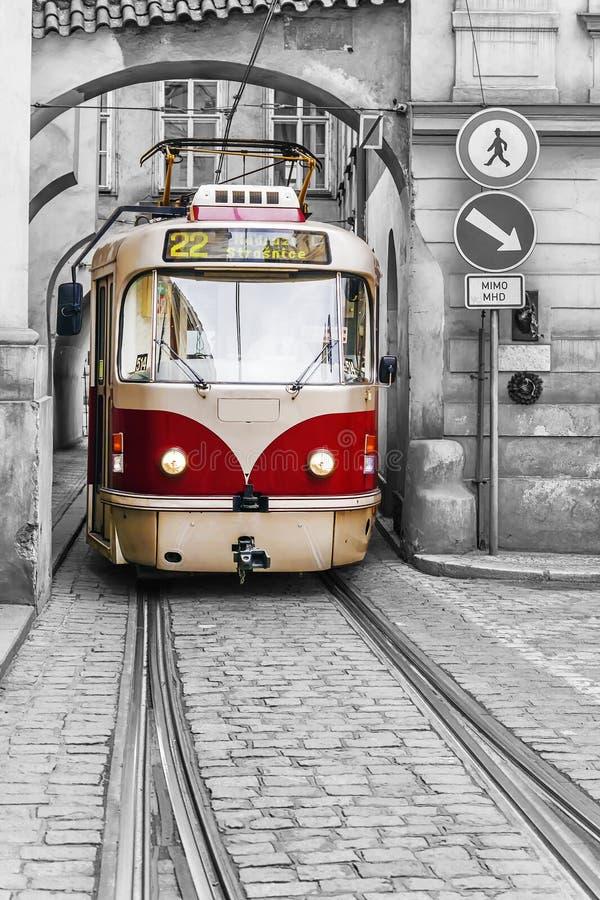 Tram d'annata rosso nelle vecchie vie di Praga immagine stock