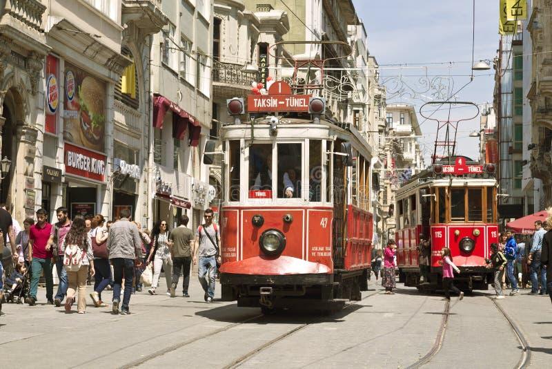 Tram d'annata sulla via di Taksim a Costantinopoli, Turchia fotografie stock libere da diritti