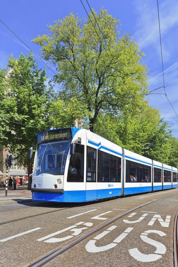 Tram de approche dans la vieille ville d'Amsterdam image stock