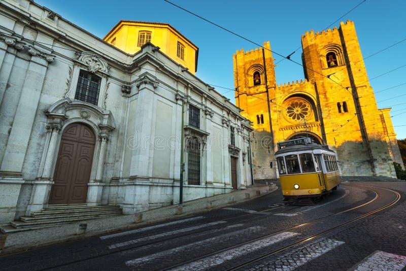 Tram in de heuvels van Lissabon stock foto's