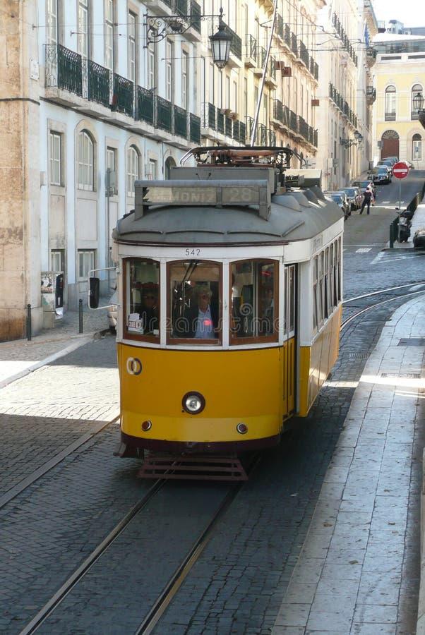 Tram de jaune du Portugal Lissabon dehors images stock