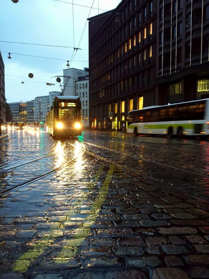 Tram in de regen stock afbeelding