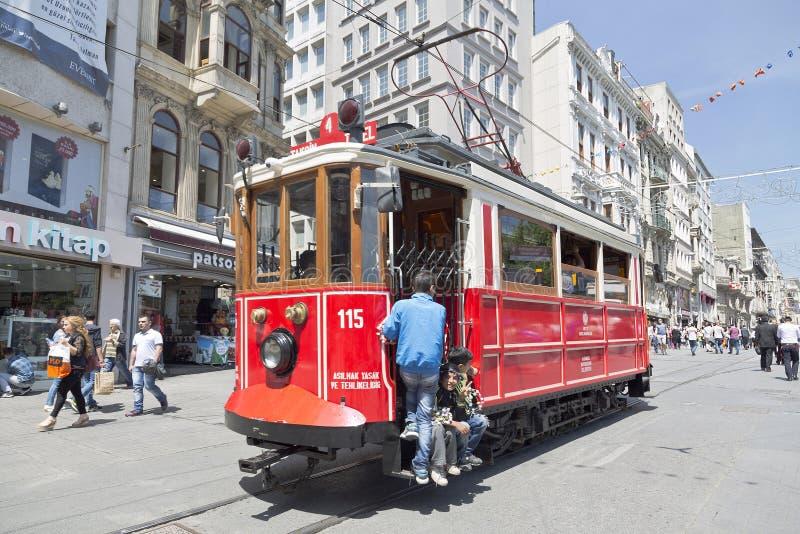 Tram de vintage sur la rue de Taksim à Istanbul photographie stock