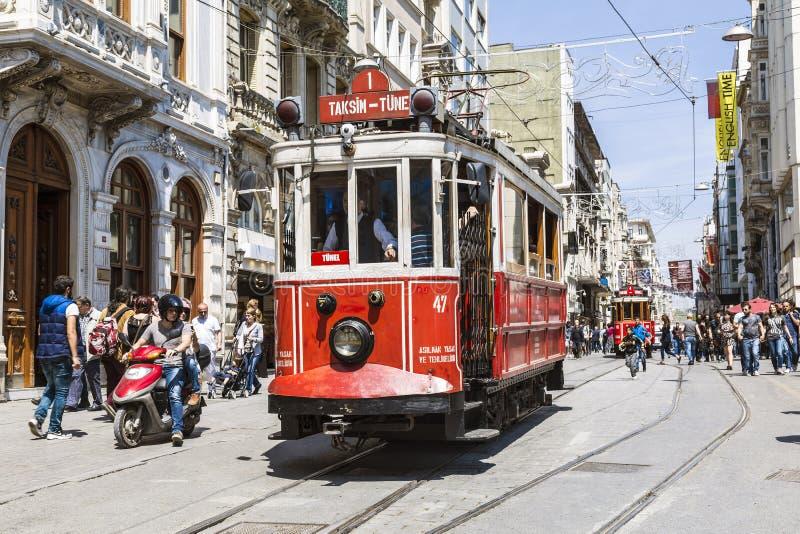 Tram de vintage sur la rue de Taksim à Istanbul, Turquie photographie stock libre de droits