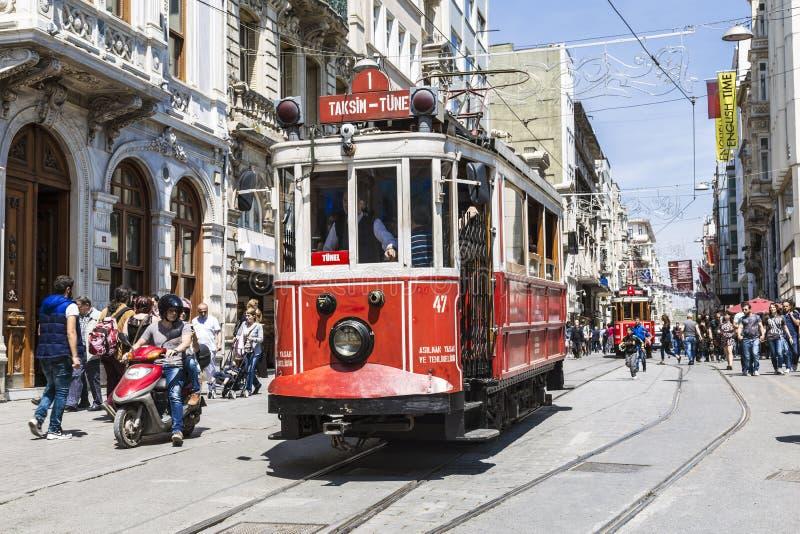 Tram de vintage sur la rue de Taksim à Istanbul, Turquie Le tram nostalgique d'Istanbul est le système de tramway d'héritage photographie stock libre de droits