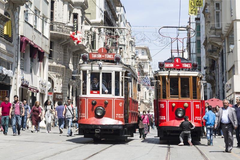 Tram de vintage sur la rue de Taksim ? Istanbul, Turquie Le tram nostalgique d'Istanbul est le syst?me de tramway d'h?ritage photos stock