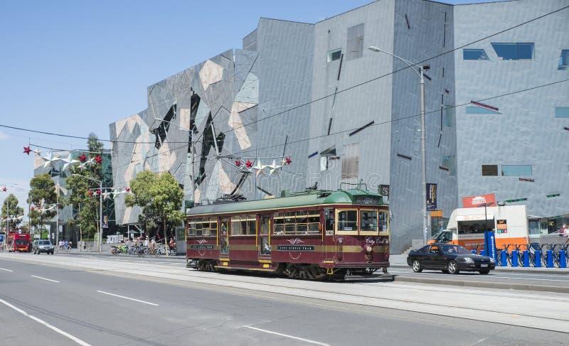 Tram del cerchio della città che passa il quadrato di federazione, Melbourne fotografia stock