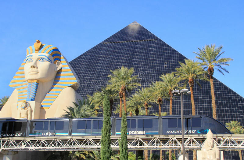 Tram della baia di Mandalay davanti all'hotel di Luxor ed al casinò, Las Vegas immagini stock