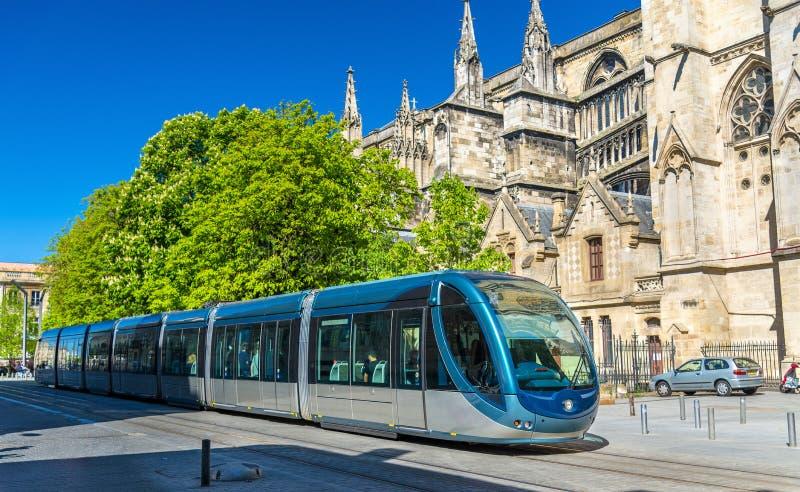 Tram della città alla cattedrale del Bordeaux, Francia immagini stock