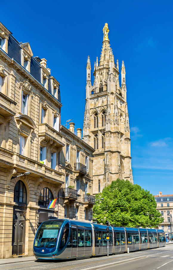 Tram della città alla cattedrale del Bordeaux, Francia immagini stock libere da diritti