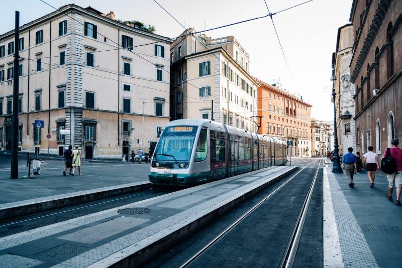 Tram in der Straße in Rom stockbilder