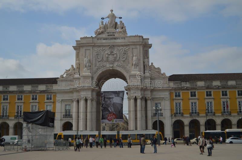 Tram di Augusta Street Arch With A ai suoi piedi nel quadrato di commercio di Lisbona Natura, architettura, storia, fotografia de immagine stock