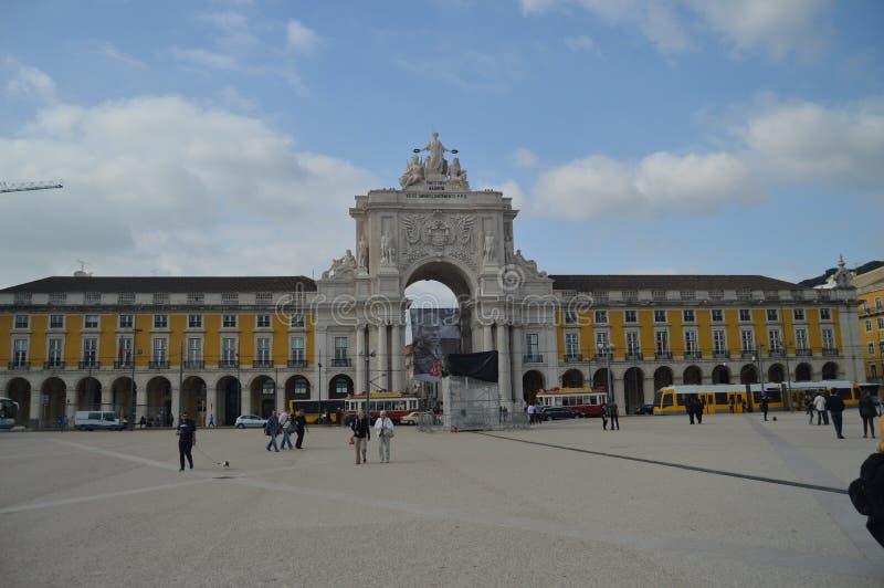 Tram di Augusta Street Arch With A ai suoi piedi nel quadrato di commercio di Lisbona Natura, architettura, storia, fotografia de immagini stock libere da diritti