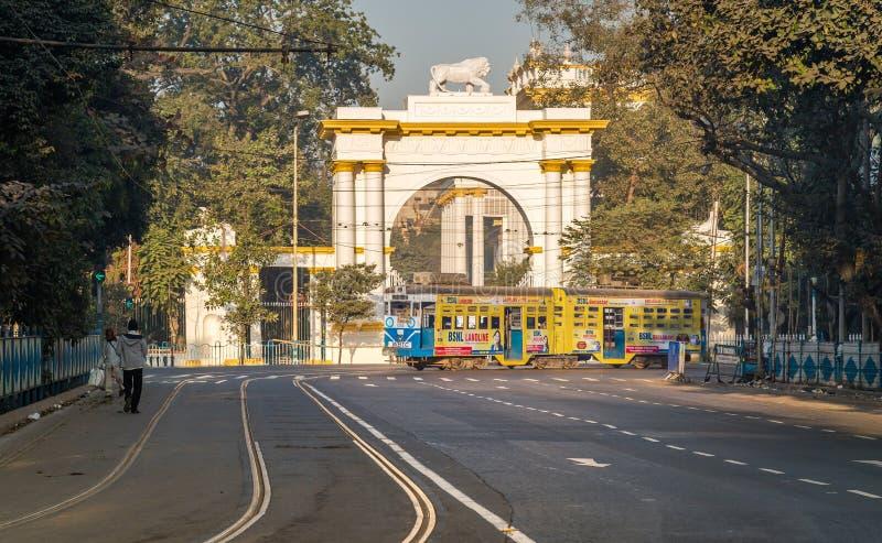 Tram di Calcutta di eredità che passa l'entrata anteriore della casa architettonica storica e gotica del governatore vicino a Dal fotografie stock libere da diritti