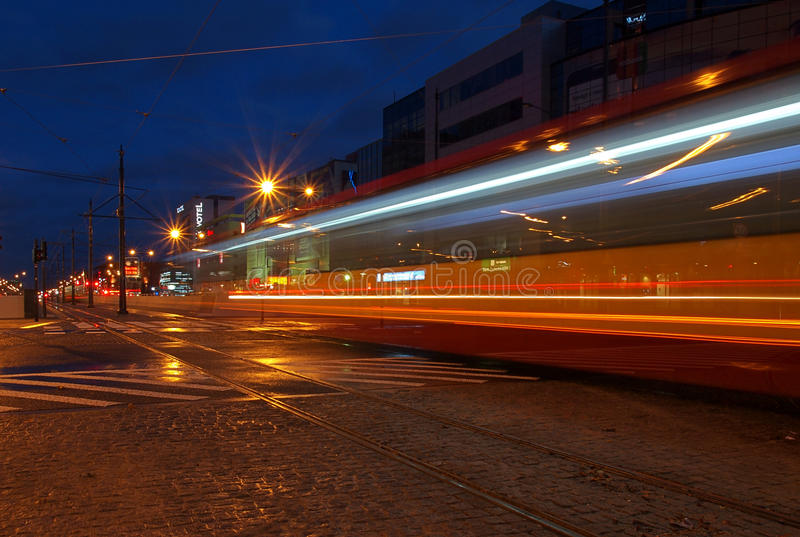 Tram di notte dalla città di Lodz fotografia stock