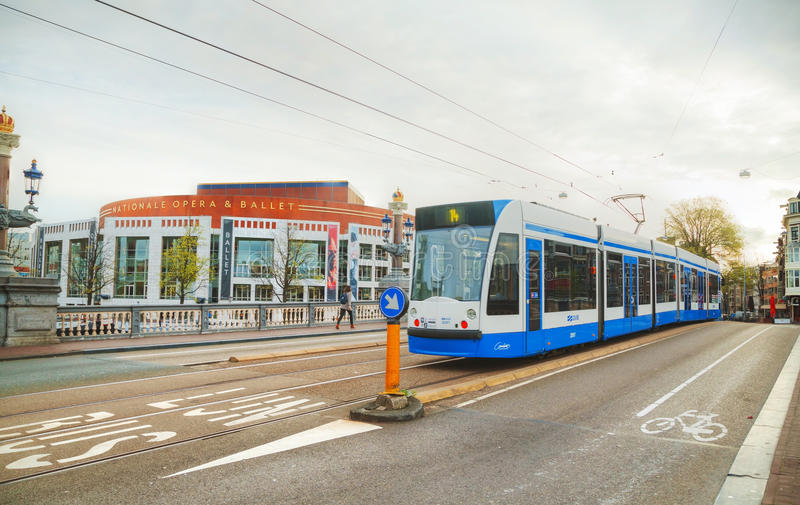 Tram dichtbij het de opera en het balletgebouw van Nationale in Amsterdam stock foto's