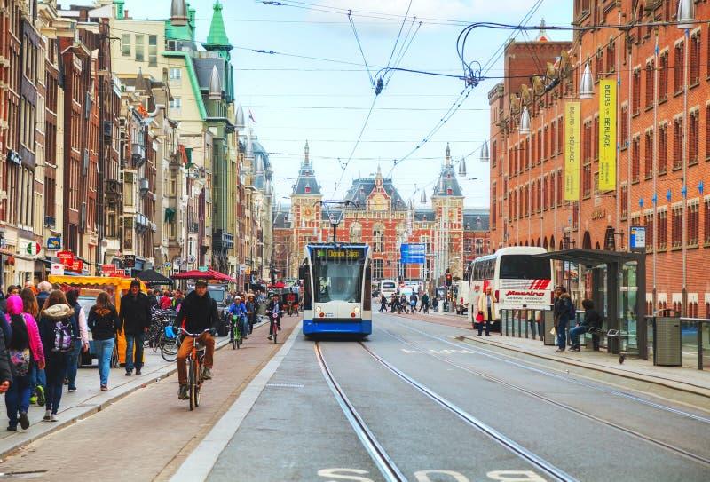 Tram dichtbij het station van Amsterdam Centraal stock foto's
