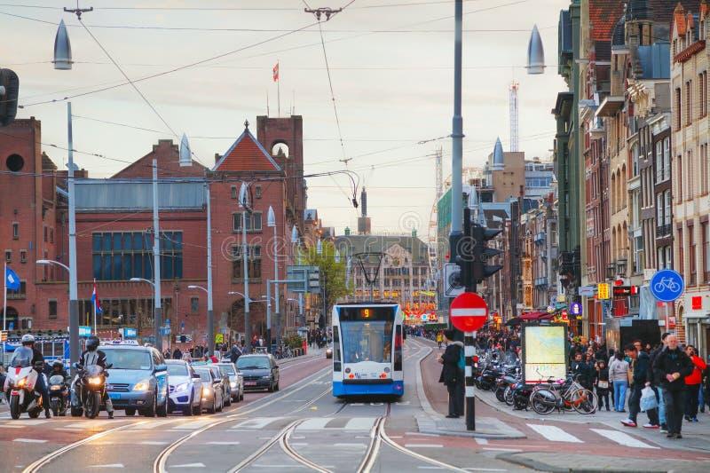 Tram dichtbij het station van Amsterdam Centraal royalty-vrije stock afbeeldingen