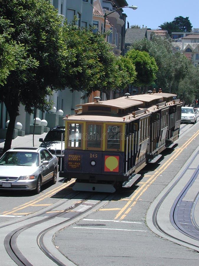 Tram die een Helling van San Francisco beklimt stock foto's