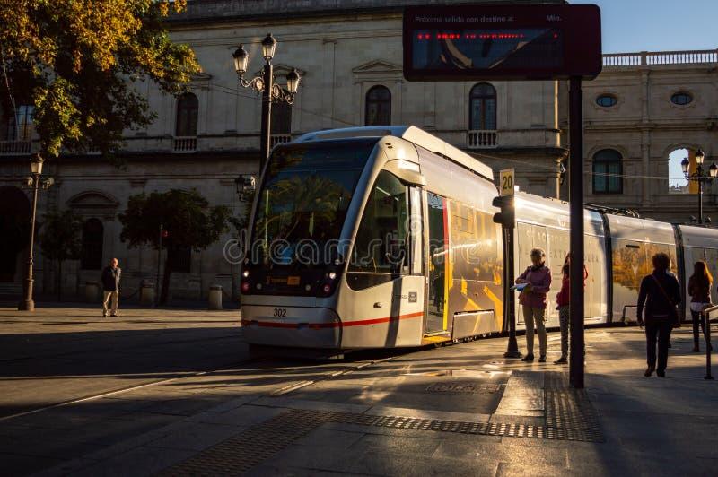 Tram, die zu einer Station in Sevilla kommt lizenzfreie stockfotografie